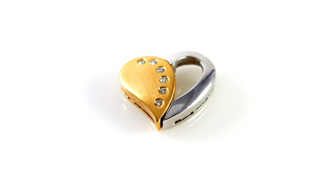 Corazón amor cariño oro brillante sobre fondo blanco.