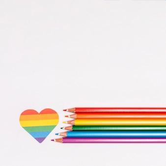 Corazón de arco iris y lápices de colores como símbolo de lgbt