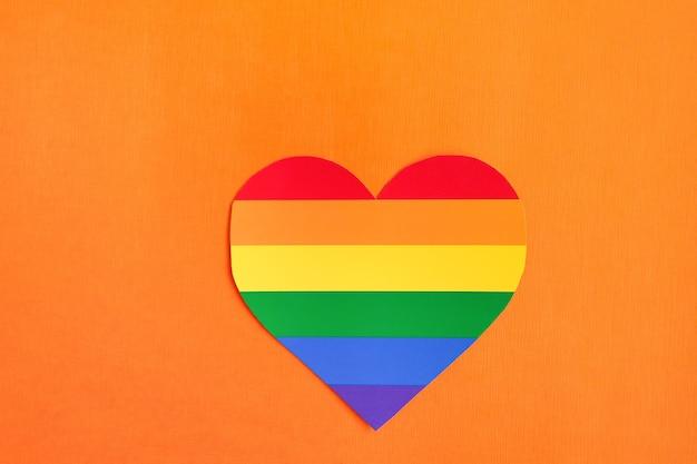 El corazón del arco iris lgbt, sobre un fondo naranja