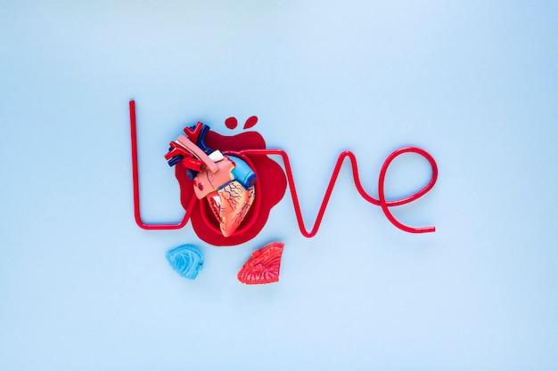 Corazón artificial sobre la escritura amorosa.
