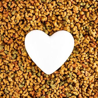 Corazón blanco en comida para mascotas