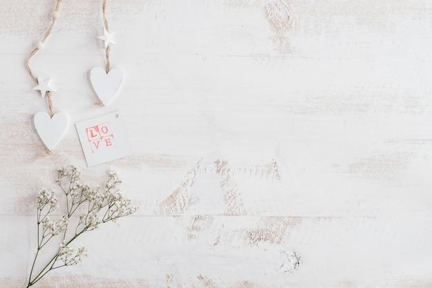 Corazón blanco y flores con tarjeta de amor y espacio de copia
