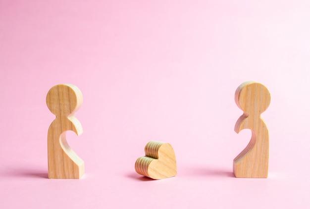 Un corazón caído se encuentra entre dos antiguos amantes.