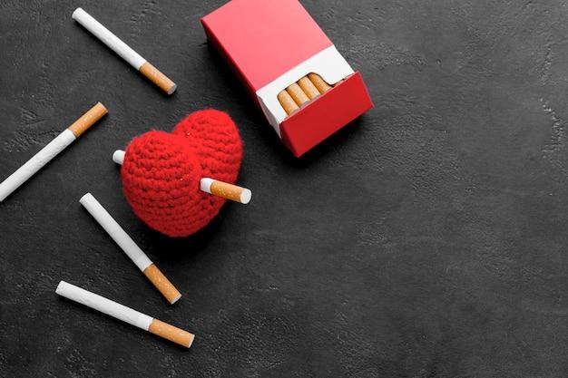 Corazón con cigarrillos y espacio de copia
