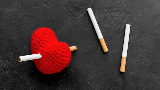 Corazón con cigarrillos