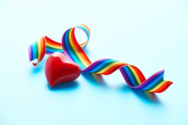 Corazón, cinta del arco iris, símbolos de apoyo público para médicos, enfermeras, material médico para combatir la nueva enfermedad por coronavirus, neumonía por covid-19 en todo el mundo en muchos países.