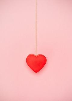 Corazón colgando de un cordel