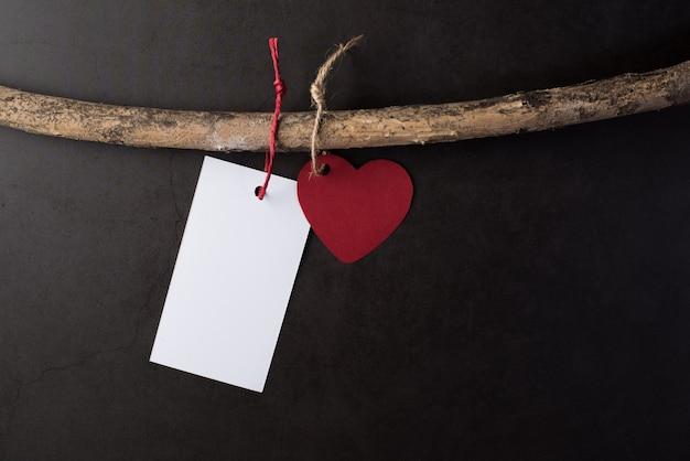 Corazón colgando de las ramas