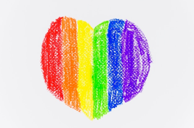 Corazón con los colores de la bandera del orgullo