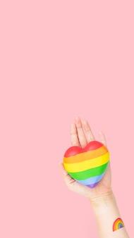 Corazón comunitario lgbtq + con presentación de manos