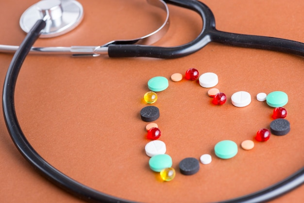 Corazón de drogas cerca del estetoscopio