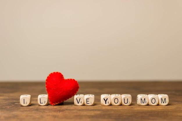 Corazón decorativo cerca de te amo título de mamá