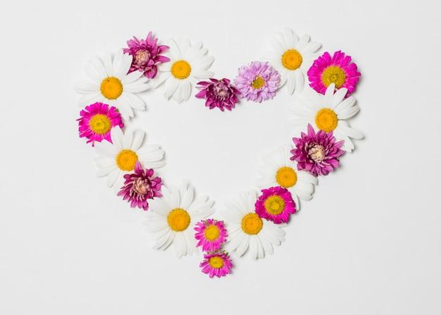 Corazón decorativo de flores brillantes.