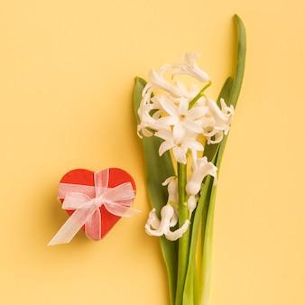 Corazón decorativo y flores frescas.