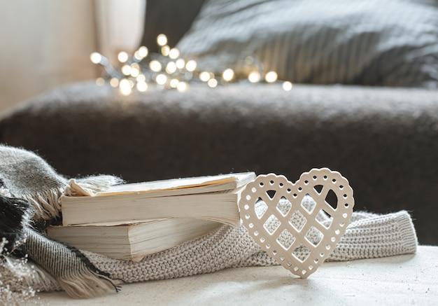 Corazón decorativo y una pila de libros.