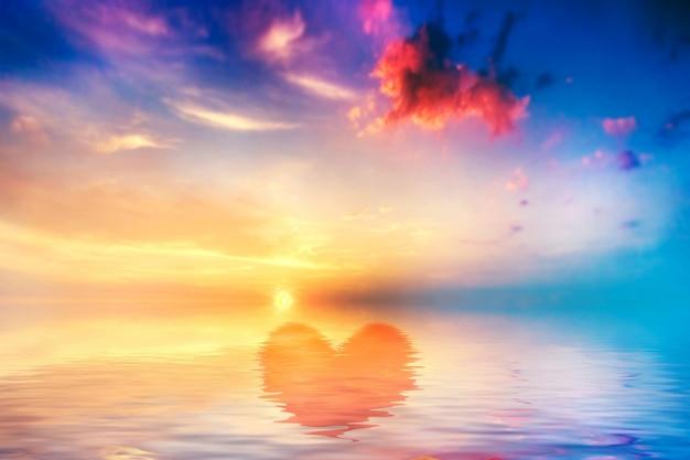 Corazón dibujado en el agua