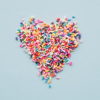 Corazón de diferentes dulces brillantes.