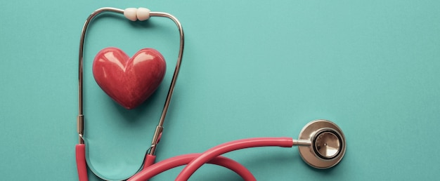 Corazón con estetoscopio, salud del corazón, concepto de seguro de salud