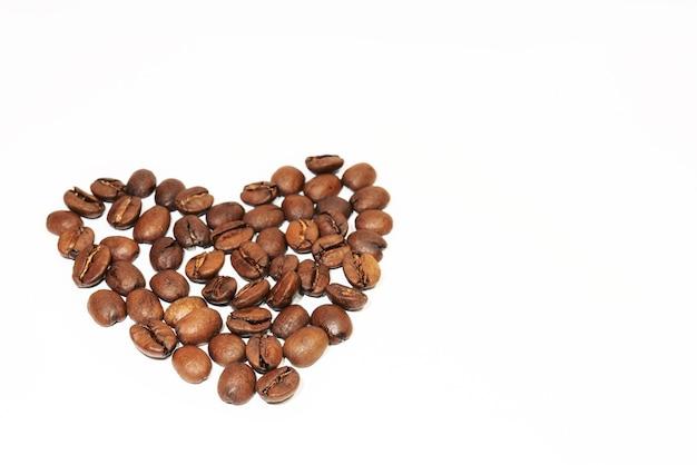 Corazón formado por granos de café. vista superior