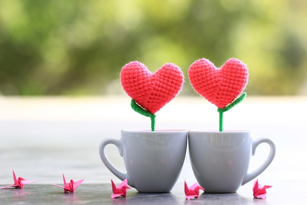Corazón de ganchillo hecho a mano en la taza blanca para el día de san valentín