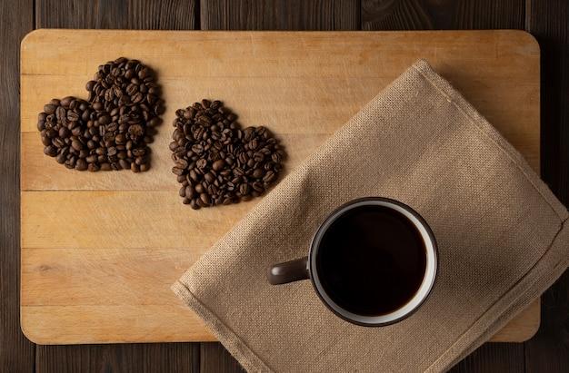 Un corazón de granos de café.