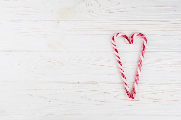 Corazón hecho de bastones de caramelo en la mesa