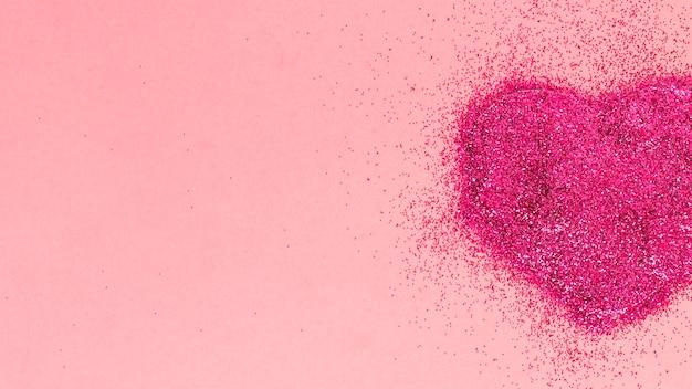 Corazón hecho de brillos rosas