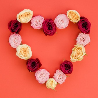 Corazón hecho con delicadas rosas