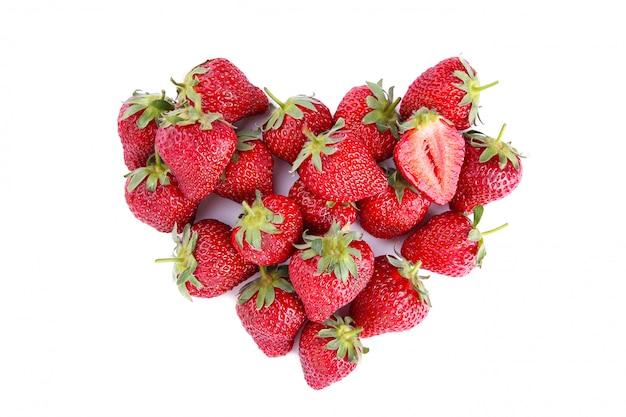Corazón hecho de fresa, aislado en blanco