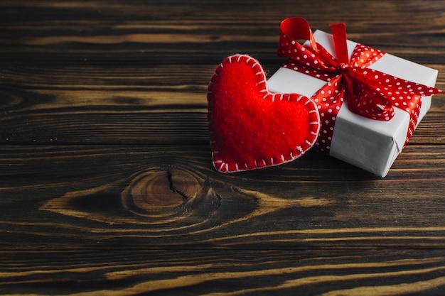 Corazón hecho a mano y caja de regalo