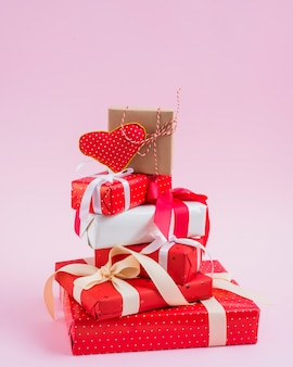 Corazón hecho a mano en la pila de regalos