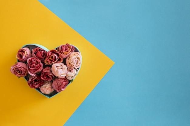 Corazón hecho de rosas rojas
