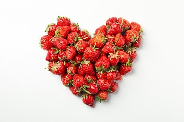 Corazón hecho de sabrosa fresa sobre fondo blanco, vista superior. baya de verano