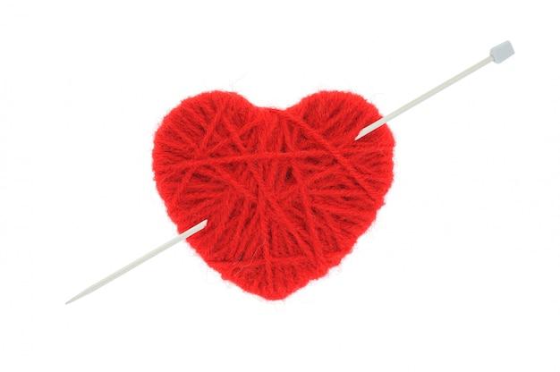 Corazón de lana rojo aislado sobre fondo blanco.