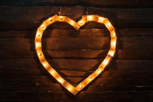 Corazón de luces sobre un fondo oscuro