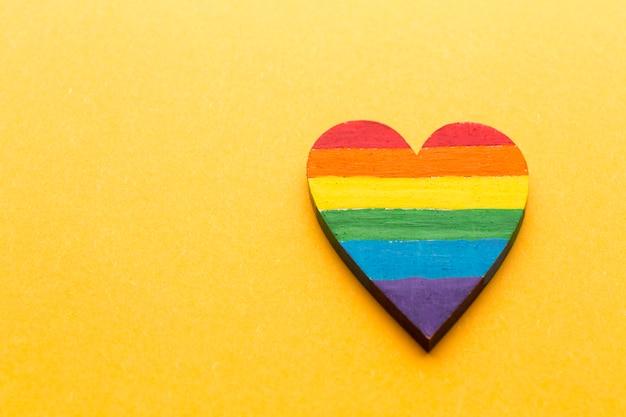 Corazón de madera de alta vista pintado en colores del arco iris