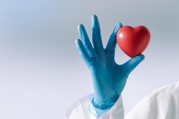Corazon en manos de un doctor