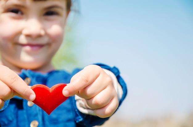 El corazón está en las manos del niño.