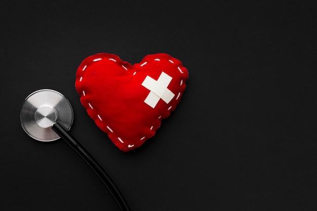 Corazón minimalista y estetoscopio de primer plano
