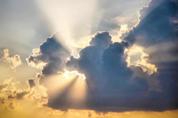 Corazón de una nube en el cielo. enfoque selectivo