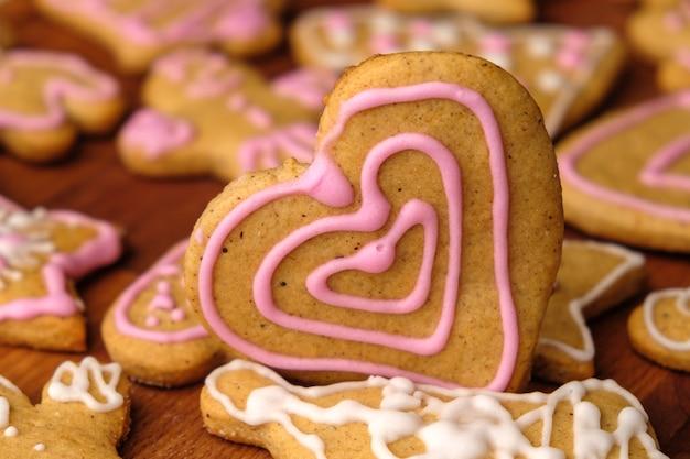 Corazón de pan de jengibre para el día de san valentín en la mesa de madera