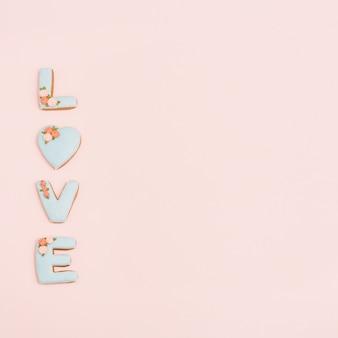 Corazón de pan de jengibre, galletas en forma de carta de amor con glaseado en rosa pastel