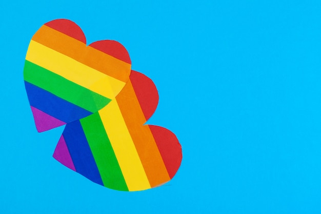 Corazón de papel arcoiris en vista superior de papel