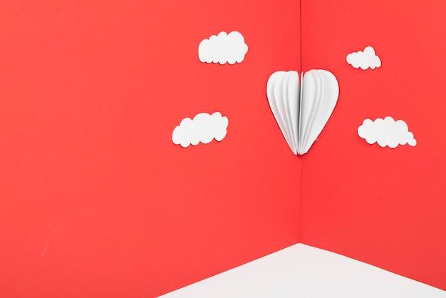 Corazón de papel en esquina de pared