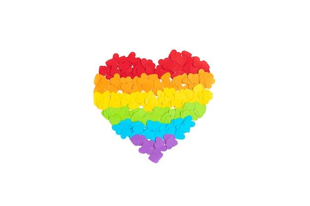 Corazón de papel con rayas de colores del arco iris, símbolo del amor del orgullo gay lgbt