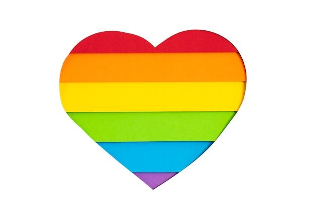 Corazón de papel con rayas de colores del arco iris, símbolo del orgullo gay lgbt. amor, diversidad, tolerancia, concepto de igualdad.
