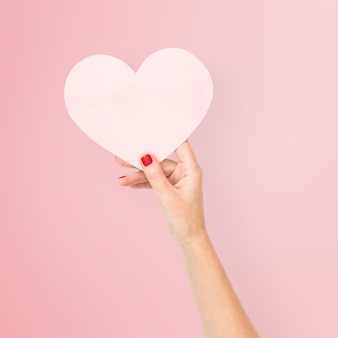 Corazón de papel rosa para la celebración de san valentín