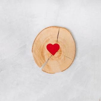 Corazón de papel sobre soporte de madera.