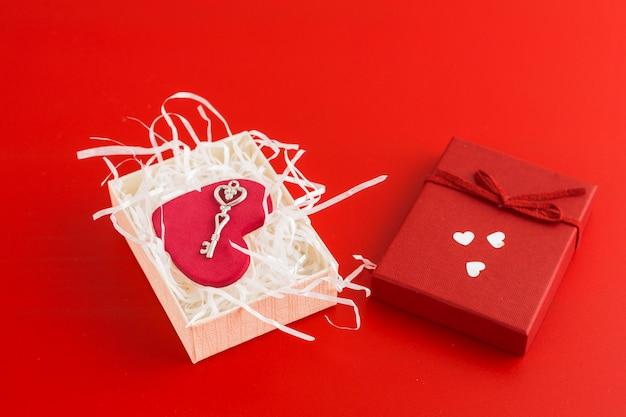Corazón pequeño con llave en caja.