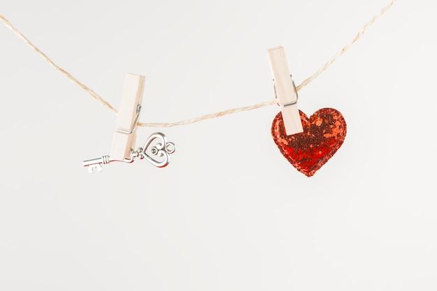 Corazón pequeño con llave colgando de una cuerda.